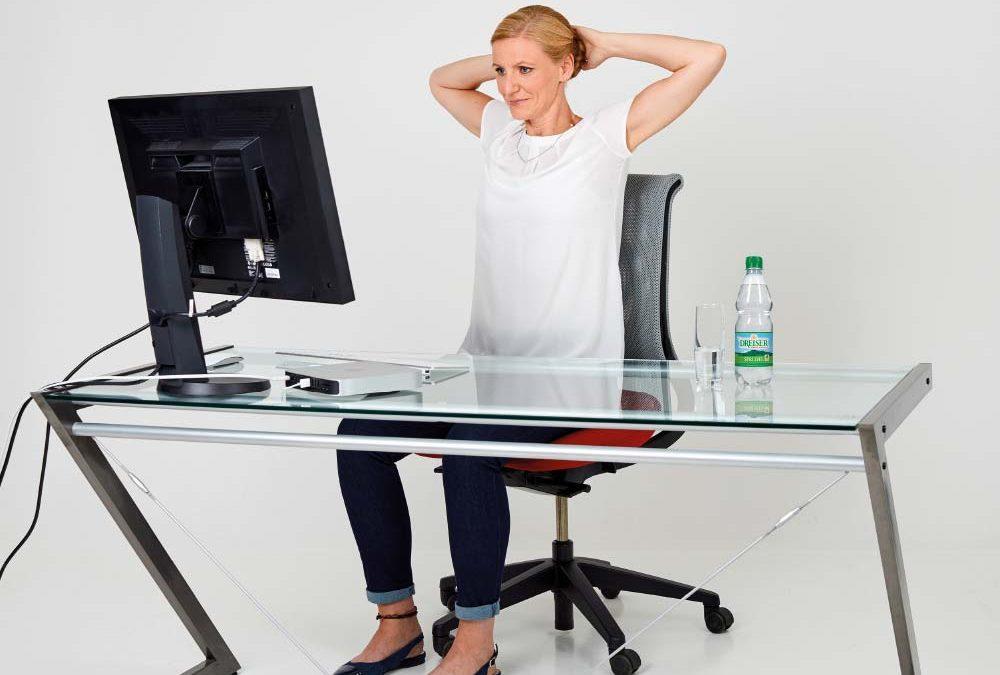Fit im Büro mit den Gesundland-Experten – Übung 1: Gestreckte Wirbelsäule 1